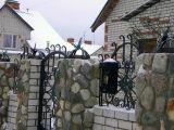 Каменный забор с почтовым ящиком