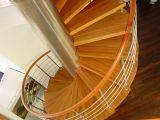 Винтовая лестница - «изюминка» загородного дома