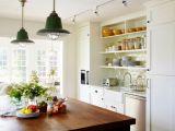 Открытые полки в кухонном интерьере