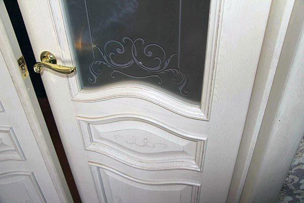 Светлые двери с патиной